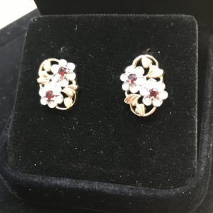 9 Carat Yellow Gold with Garnet Stud Earrings